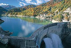 秋の黒部ダムは紅葉が美しい
